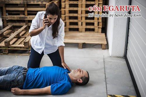 Gọi xe cấp cứu ngay nếu người bệnh co giật liên tục hoặc kéo dài trên 5 phút